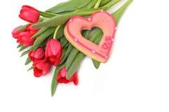Blumenstrauß von roten Tulpen und von Zuckerherzen Lizenzfreie Stockbilder