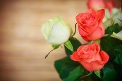 Blumenstrauß von roten und gelben Rosen Stockfotografie