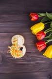 Blumenstrauß von roten und gelben Tulpen mit Stelle 8 auf hölzernem backgrou Stockbild