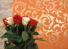 Blumenstrauß von roten und weißen Rosen Stockbilder