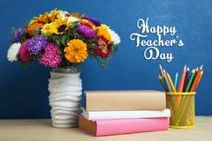 Blumenstrauß von schönen Blumen und ein Stapel Bücher Lizenzfreie Stockfotografie
