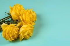 Blumenstrauß von schönen gelben Rosen auf einem blauen Hintergrund Stockbild