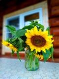 Blumenstrauß von Sonnenblumen in einem Glasvase auf dem Tisch lizenzfreie stockfotografie