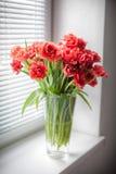 Blumenstrauß von Tulpen auf dem Fenster Lizenzfreies Stockfoto