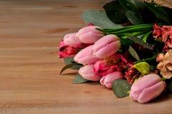 Blumenstrauß von Tulpen auf dem Tisch mit Lizenzfreie Stockfotografie