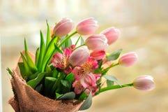 Blumenstrauß von Tulpen auf dem Tisch mit Lizenzfreies Stockfoto