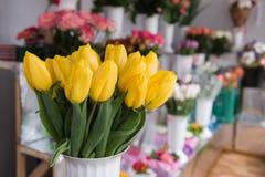 Blumenstrauß von Tulpen auf den Hintergrundblumen stockfoto