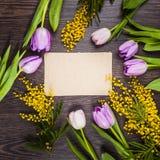 Blumenstrauß von Tulpen, von Mimose und von Papier Stockfotos