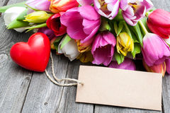 Blumenstrauß von Tulpen mit einem Empty tag und einem roten Herzen Lizenzfreies Stockbild