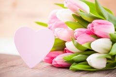 Blumenstrauß von Tulpen mit einem Herzen Lizenzfreie Stockfotografie