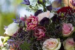 Blumenstrauß von verschiedenen Blumen und von rosa Rosen stockfoto