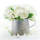 Blumenstrauß von weißen Hochzeitsrosen Stockbild