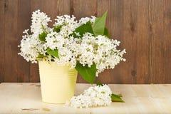 Blumenstrauß von weißen lila Blumen im Eimer Lizenzfreie Stockbilder