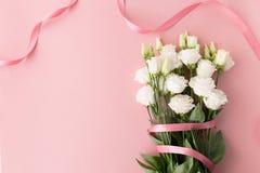 Blumenstrauß von weißen Rosen mit rosa Band Stockbilder
