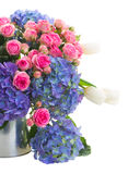 Blumenstrauß von weißen Tulpen, von rosa Rosen und von blauem Hortensia blüht lizenzfreies stockbild