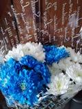 Blumenstrauß von weißen und blauen Chrysanthemen stockfotos