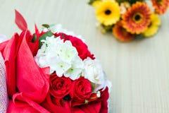 Blumenstrauß von weißen und roten Rosen Lizenzfreies Stockbild