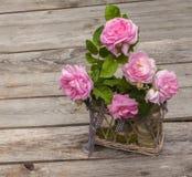 Blumenstrauß von wildem stieg in Weinleseart auf Korb Stockbilder