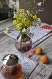 Blumenstrauß von wilden Blumen in einem Glasvase Stockbilder
