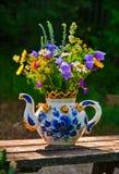 Blumenstrauß von wilden Blumen in einer Teekanne lizenzfreies stockfoto