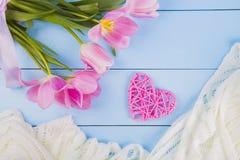 Blumenstrauß von zarten rosa Tulpen mit Herzen und Gewebe auf Purpleheart Lizenzfreies Stockfoto