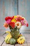 Blumenstrauß von Zinniablumen Lizenzfreie Stockfotos