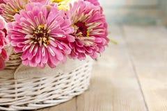 Blumenstrauß von Zinniablumen im Weidenkorb Stockfotos