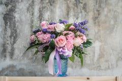 Blumenstraußblume im Vase lizenzfreie stockfotos