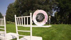 Blumenstraußdekor der künstlichen Blume in der Hochzeitszeremonie mit Unschärfelicht background-5 stock footage