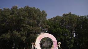 Blumenstraußdekor der künstlichen Blume in der Hochzeitszeremonie mit Unschärfelicht background-7 stock video