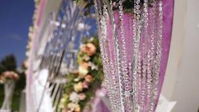 Blumenstraußdekor der künstlichen Blume in der Hochzeitszeremonie mit Unschärfelicht background-6 stock footage