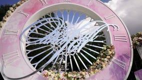 Blumenstraußdekor der künstlichen Blume in der Hochzeitszeremonie mit Unschärfelicht background-2 stock footage