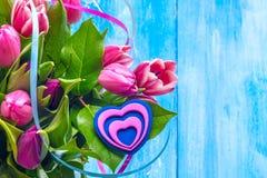 Blumenstraußtulpen und -herz Stockfoto