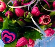 Blumenstraußtulpen und -herz Lizenzfreie Stockfotografie