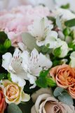 Blumenstrauß mit Rosen und Lilien lizenzfreie stockbilder