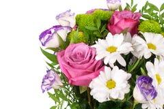 Blumenstrauß von rosa Rosen der Blumen, weiße Chrysanthemen mit grünen Blättern auf weißer Hintergrund lokalisiertem Abschluss ob stockfotografie