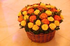Blumenstrauß von verschiedenen Farbrosen in einem Korb lizenzfreies stockbild