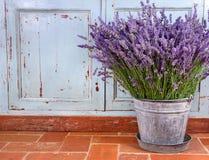 Blumenstrauß des Lavendels in einer rustikalen Einstellung Lizenzfreie Stockfotografie