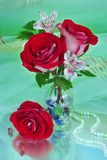 Blumenstrauß mit roten Rosen Stockbild