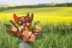 Blumenstrauß mit Würsten Stockfotografie