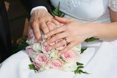 Blumenstrauß und Hände Stockbilder