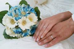 Blumenstrauß und Hände Lizenzfreies Stockbild