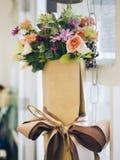 Blumenstrauß von bunten Blumen in der Verpackung des braunen Papiers Stockfotografie