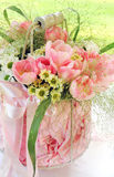 Blumenstrauß von frischen rosa Blumen in einem Vase Lizenzfreies Stockfoto