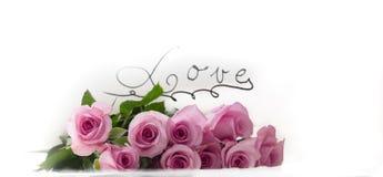 Blumenstrauß von rosa Rosen mit Aufkleber-Liebe Stockfotografie