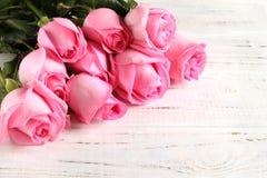 Blumenstrau? von Rosen auf einem h?lzernen Hintergrund stockfotografie