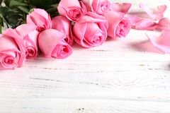 Blumenstrau? von Rosen auf einem h?lzernen Hintergrund stockfotos