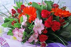 Blumenstrauß von verschiedenen Blumen auf Fenster Stockfoto