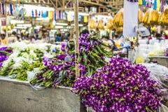 Blumensträuße von den purpurroten und weißen Orchideenblumen, die an gestapelt werden, zeigen a an Lizenzfreie Stockfotografie