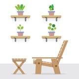 Blumentöpfe auf Regalen mit von des hölzernen Garten-Stuhls und der Tabelle Lizenzfreie Stockfotografie